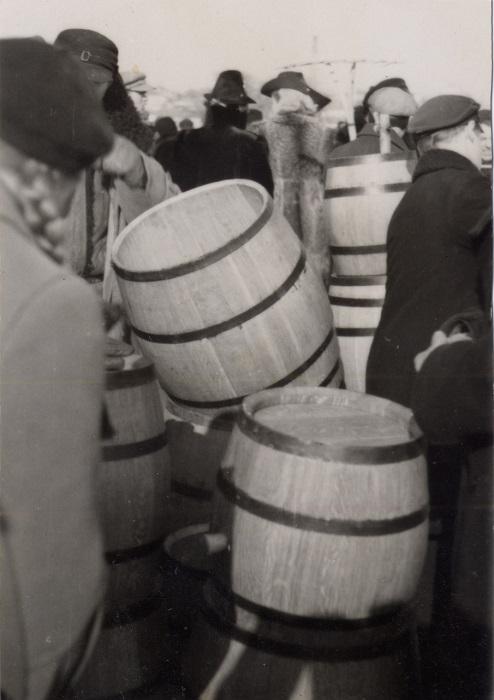 Покупатели сморят дубовые бочки, 1939 год.
