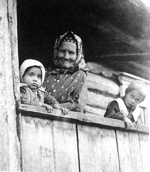 Бабушка с внуками. Новгородская губерния, Крестецкий уезд, Начало XX в.