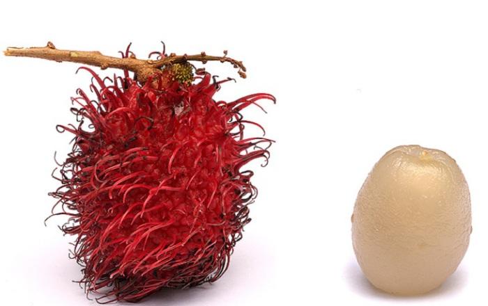 Мякоть фрукта напоминает желеобразную массу желто-белого цвета, сладкая на вкус и богата витамином С, кальцием, фосфором и железом.