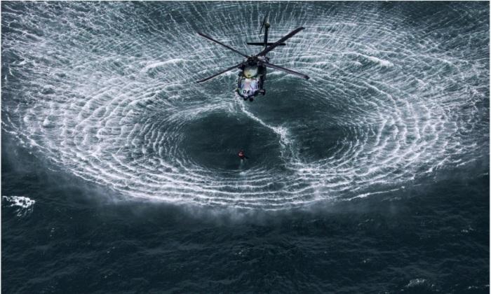 Круги на воде, расходящиеся от вертолета.