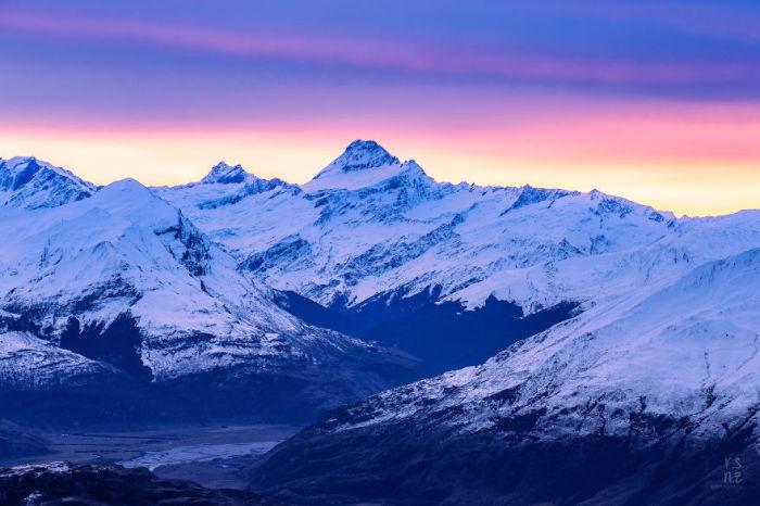 На закате дня крутые склоны защищены белым покрывалом.