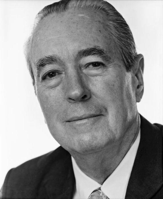 Американский писатель-романист, написавший книгу «Совет и согласие», за которую удостоился одной из наиболее престижных наград США – Пулитцеровской премии.