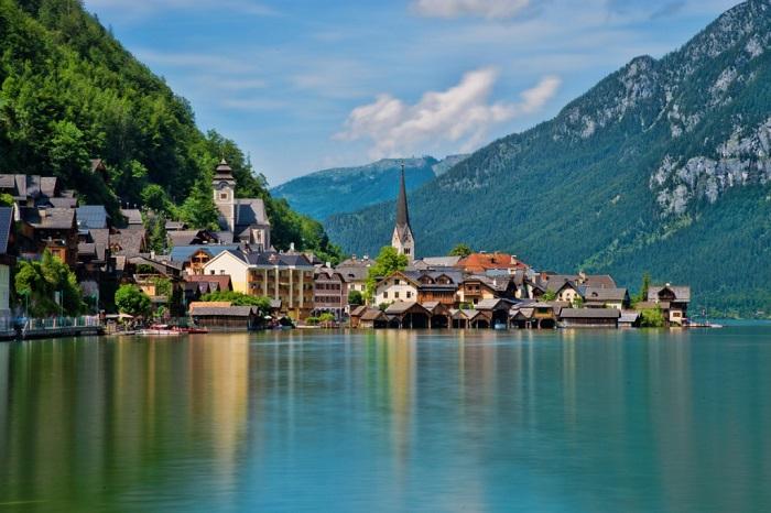 Красива австрійська село, туристичний еталон Австрії.