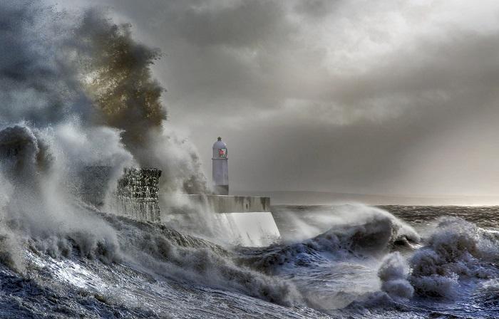 Этот снимок штормовых волн был признан лучшим в Великобритании в 2016 году.