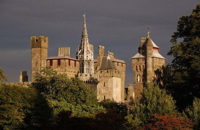 Этот средневековый замок является самым старым зданием Уэльса. Построен на месте развалин бывшей древнеримской крепости.
