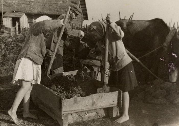 Девочки помогаю готовить раствор для кирпича, который потом заливался в специальные формы до застывания, 1937 год.