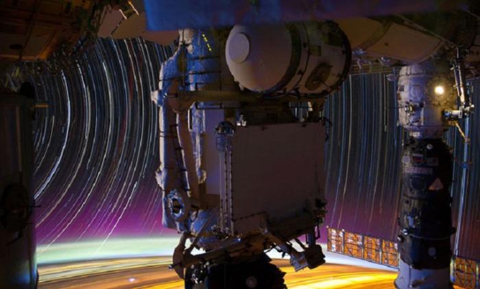 Звёздные треки, исследовательский модуль MRM1 (в центре) и пристыкованный к МКС российский корабль «Прогресс», 17 марта 2012.