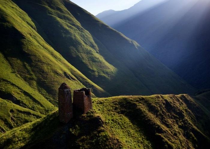 На горке к югу от бывшего села Кистани находятся две башни примерно одинаковые по конструкции, с которых открывается красивый вид на округу.