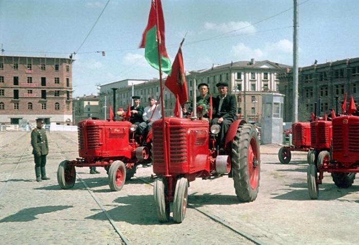 Тракторы «Беларус» на торжественном смотре в честь празднования 1-го Мая на площади Ленина (теперь Независимости).