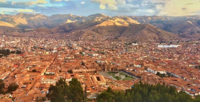 Город на юго-западе Перу, расположенный в районе долины Урубамба в Андах на высоте более 3500 м над уровнем моря.