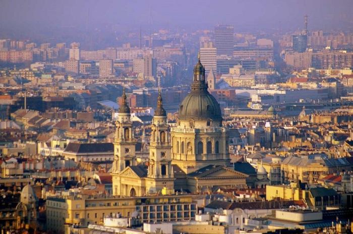 Один из красивейших городов мира, расположенный на обоих берегах Дуная.