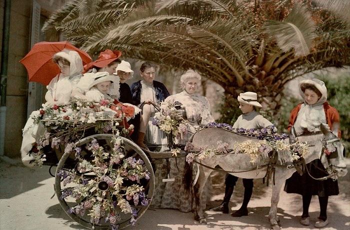 Несколько поколений семейства во главе с мадам Антонио Люмьер, 1909 год.