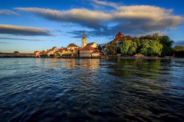 Самая живописная и большая река Германии и один из важнейших судоходных путей Западной Европы.