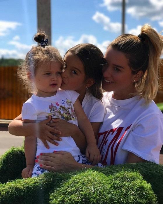 Телеведущая очень любит своих дочек и считает их самыми трогательными. / Фото: instagram.com