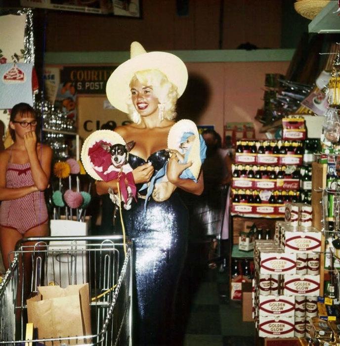 Американская киноактриса Джейн Мэнсфилд (Jayne Mansfield) в одном из супермаркетов Лас-Вегаса. 1959 год.