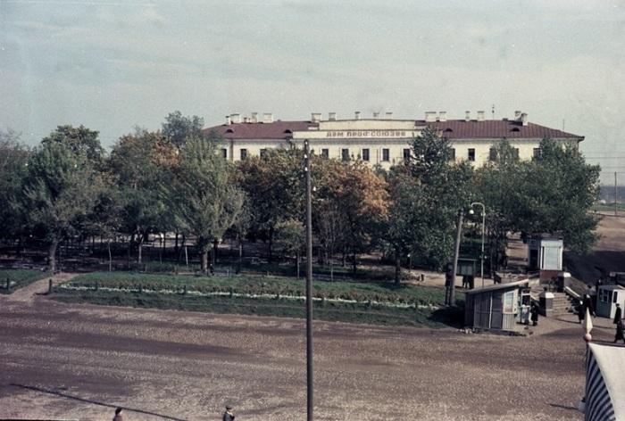 Вид на сквер перед зданием Дома профсоюзов на площади Свободы.