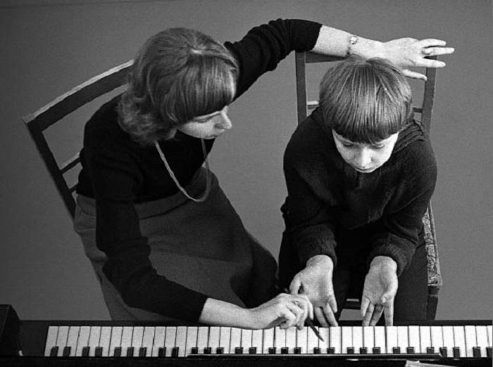 Изучение азов игры на фортепиано.