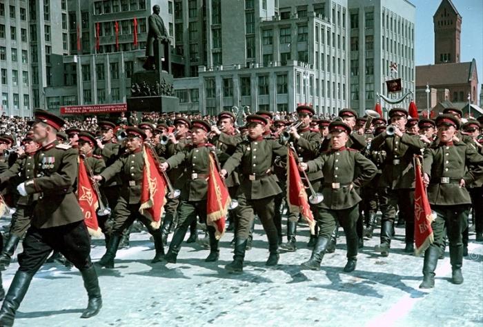 Военный оркестр на параде, приуроченном к празднованию 1-го Мая на площади Ленина (в настоящем времени Независимости).