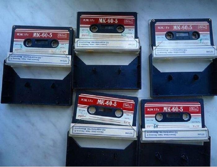 На территории Советского Союза властвовала одна марка аудиокассет – магнитофонная кассета длительностью 60 минут (сокращенно МК-60), за которой еще необходимо было побегать, потому что товара на всех желающих не хватало.