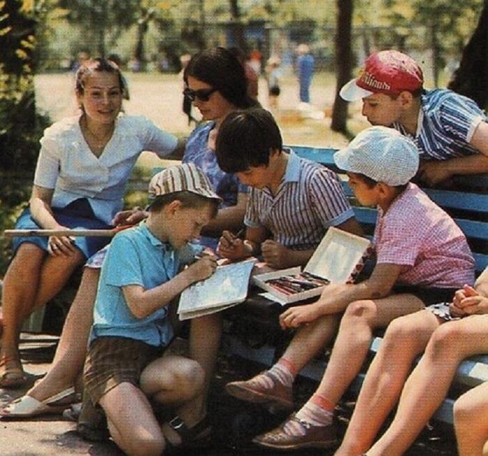 Сейчас уже сложно представить жизнь без мобильных телефонов, интернета и социальных сетей, но у советских детей все действительно так и было, даже телевизор был не в каждой семье.
