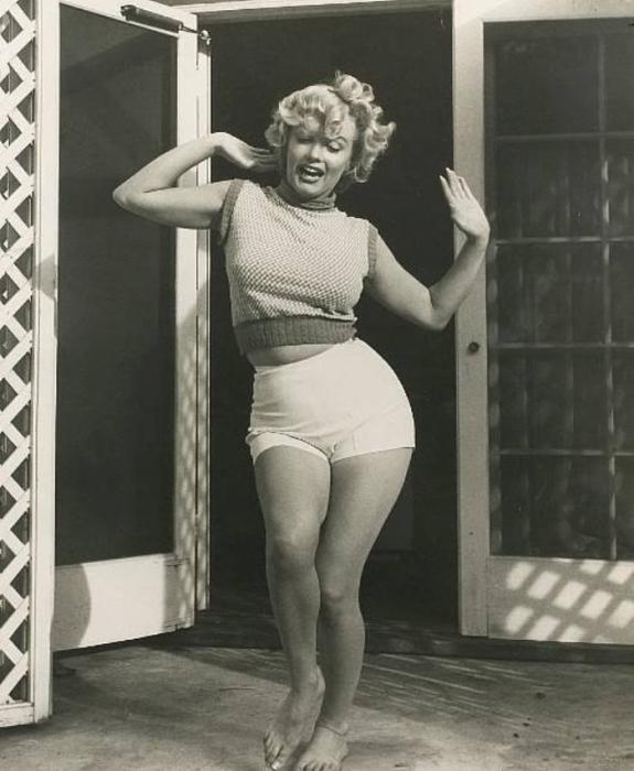 Знаменитая американская киноактриса, певица и секс-символ.