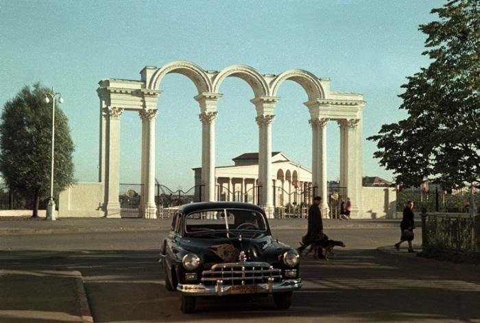 Главный вход на территорию стадиона, трибуны которого вмещали 35 тысяч человек, украсила арка, которую соорудили по проекту М. Барща.