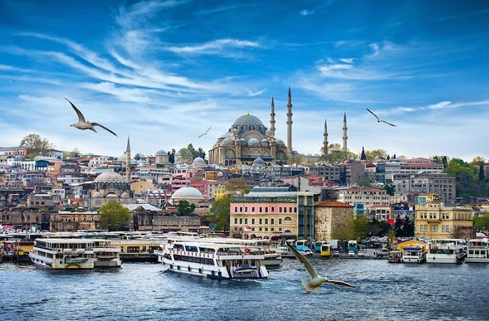 Стамбул простирается на обе стороны Босфора, узкий пролив, который соединяет Азию и Европу, что делает его единственным городом в мире, охватывающий два континента.