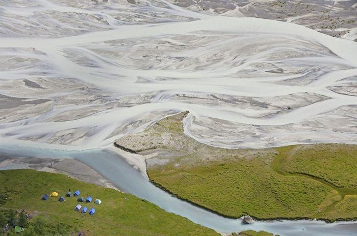 Река в Алтайских горах, берущая начало из Аккемского ледника.