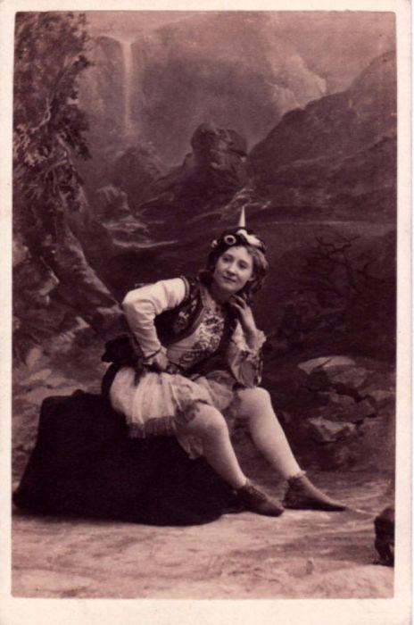 Талантливая танцовщица и театральный продюсер адаптировала популярный английский бурлеск для американских зрителей и с успехом выступала вместе со своей труппой «Британские блондинки».