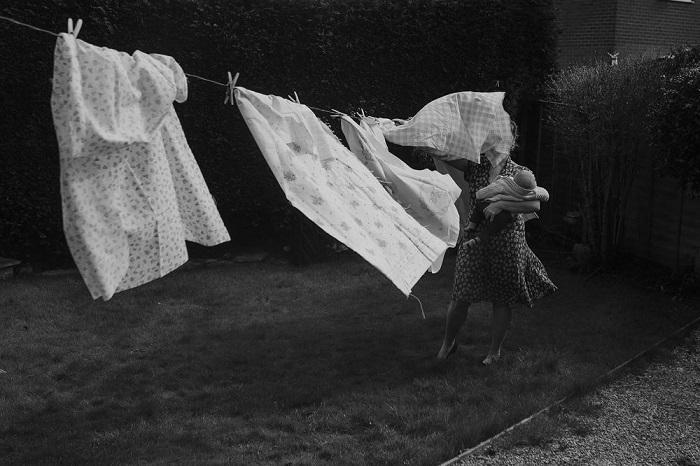 Номинация «Люди/ Выбор аудитории» - фотограф Лаура Вуд (Laura Wood) из Великобритании со снимком образа матери с ребенком на руках.
