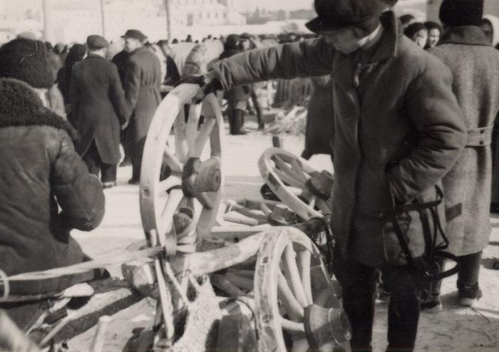 Мужчина выбирает колёса для телеги, 1939 год.