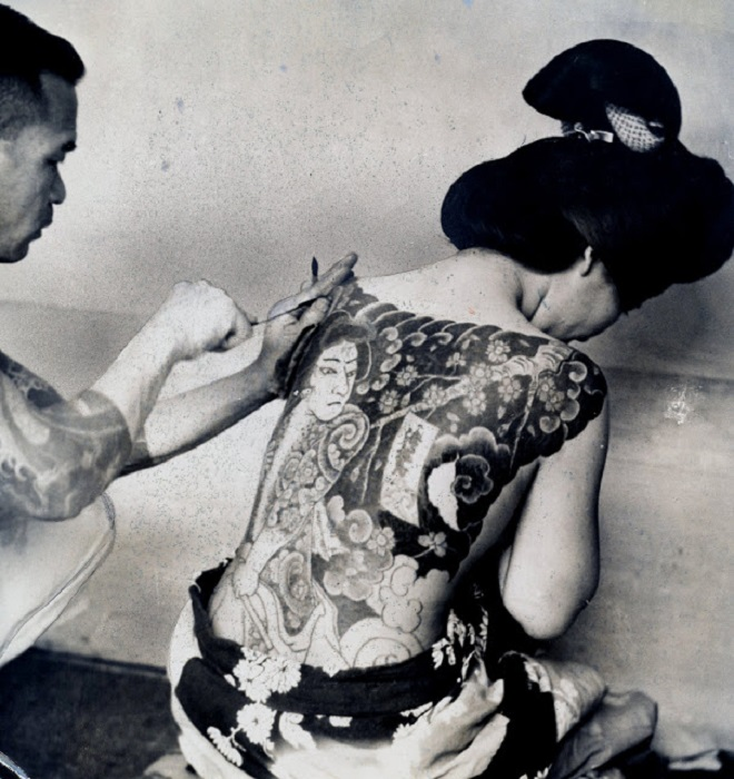 Обряд нанесения татуировки.