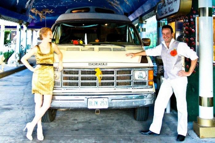 Лиз и Алекс на фоне своего фургона.