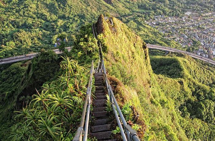 Живописная пешеходная тропа на острове Оаху на Гавайях, извивающаяся вдоль горной местности на высоту 850 метров.