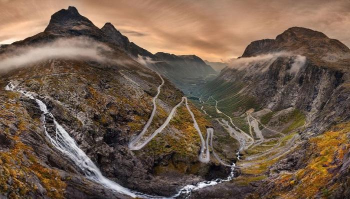 Национальная туристическая дорога, которая протянлась среди горных вершин в норвежском регионе Вестланн.
