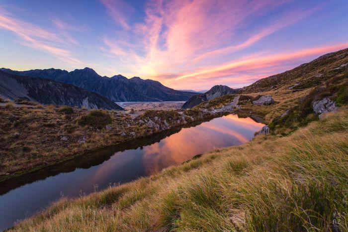 Национальный парк Маунт Кук начинает свой новый день с первыми лучами восходящего солнца.