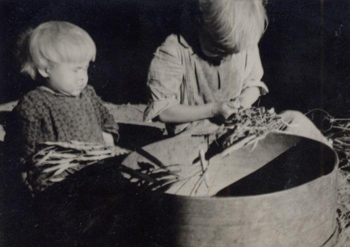 Дети помогают чистить фасоль, 1939 год.