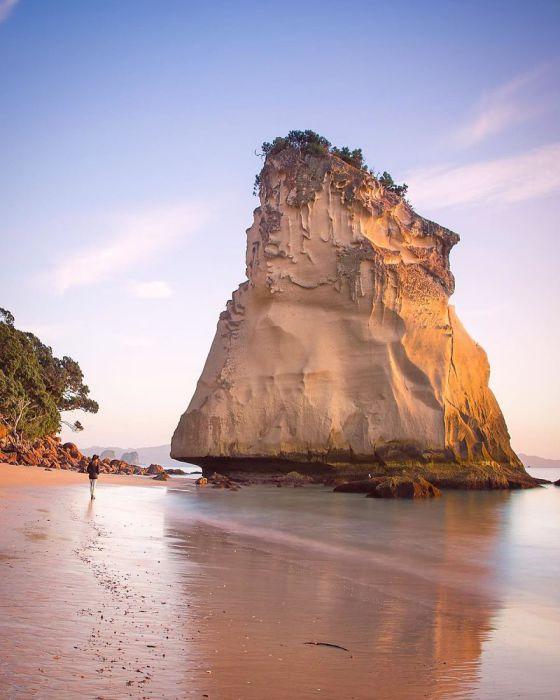 Необычная скала, которая возвышается на берегу.
