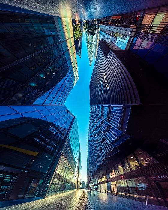 Панорамный снимок зеркальных зданий на одной из улиц Лондона в начале осени.