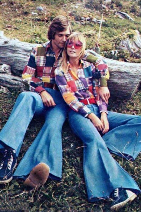 Брюки-клеш и яркая рубашка в клетку – стильная парочка со страницы модного журнала.