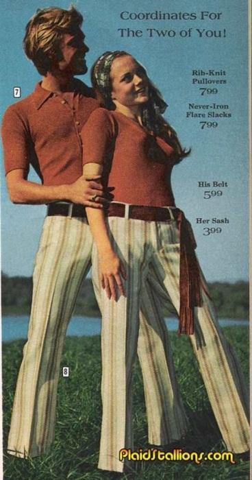 Одинаковые вязаные пуловеры с коротким рукавом и брюки в полоску с поясом из замши – всем понятно, что вы вместе!