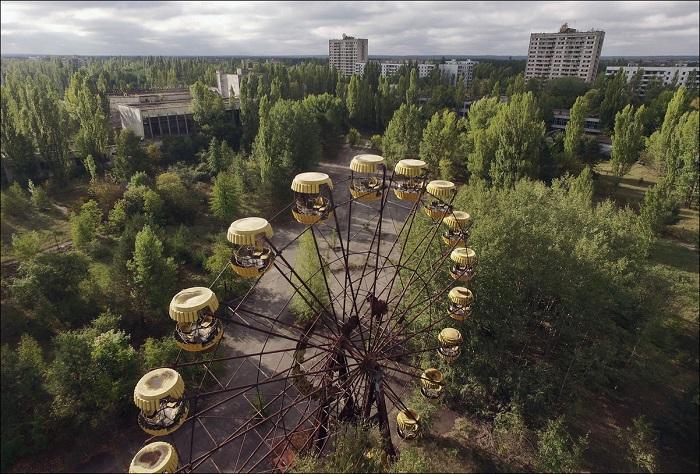 Парк аттракционов после радиационной аварии.