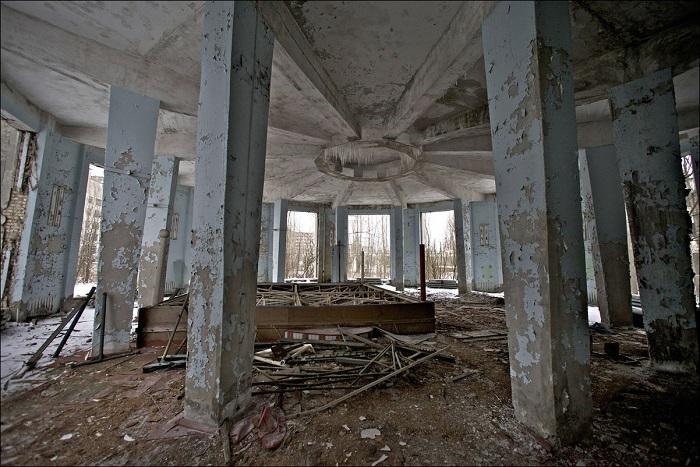 Разрушенный зал для проведения мероприятий в Припяти, Украина, 24 февраля 2011 года.