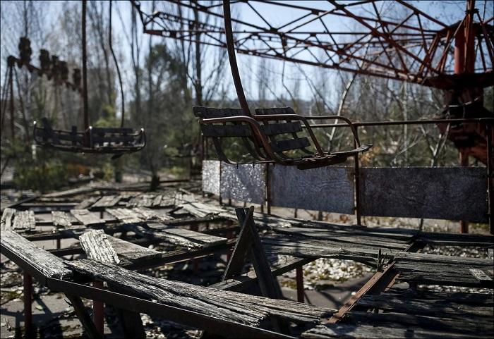 Разрушенный парк аттракционов.
