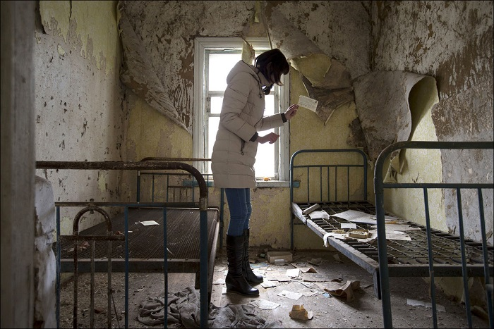 Во время праздника «Радуница», во время которого принято посещать могилы умерших родственников, в заброшенном селе Orevichi, недалеко от зоны отчуждения вокруг Чернобыльской АЭС.
