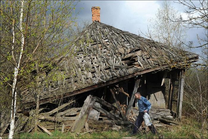 Дом, в заброшенной деревне Vezhishche, в зоне отчуждения, 30 км вокруг Чернобыльской АЭС.