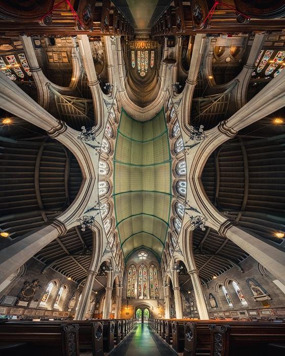 Панорамное фото внутри церкви Святой Марии, расположенной на Кенсингтон-Хай-стрит в Лондоне, Питер Ли снимал погожим летним днем.
