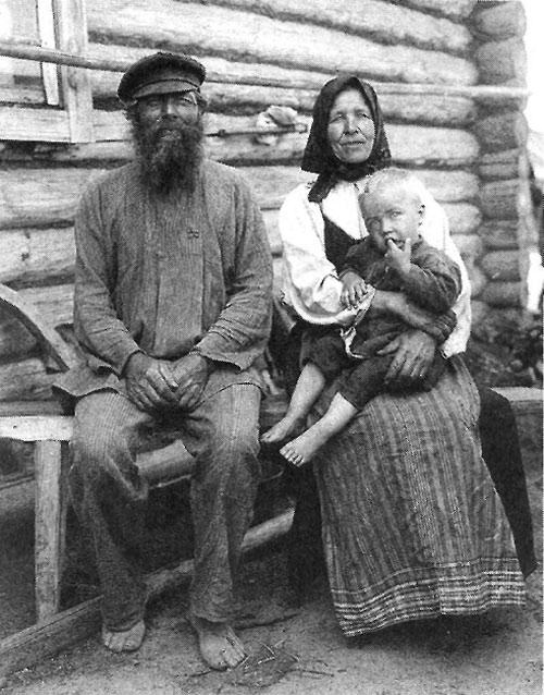 Дед и бабка с внуком. Рязанская губерния, Касимовский уезд, село Увяз. 1910