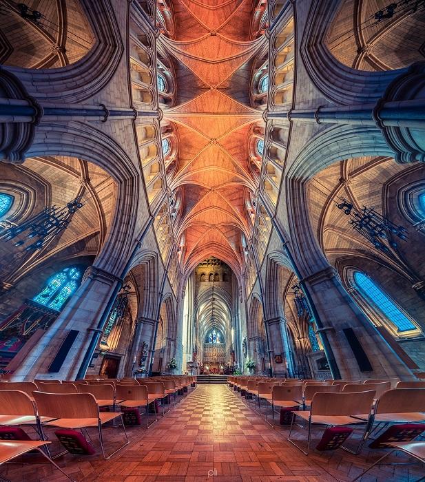Солнечный свет, проходящий сквозь цветные витражи Саутваркского собора, создает уютную и неповторимую атмосферу.
