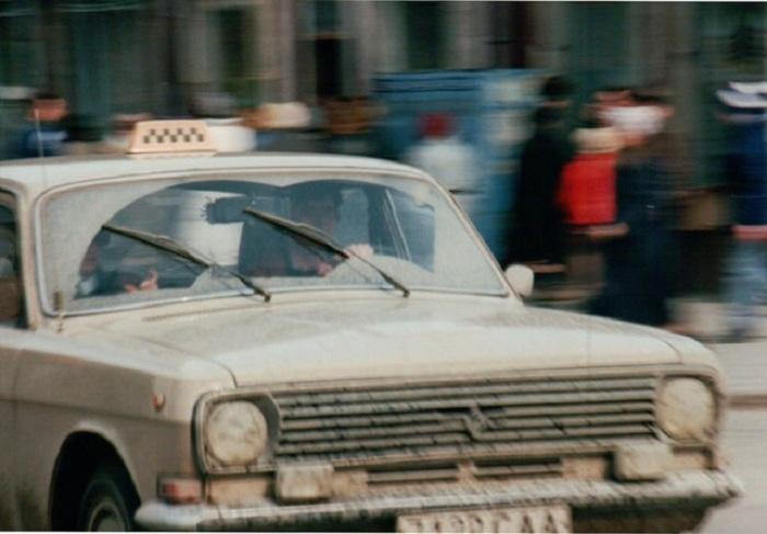 Турист из Германии запечатлел городское такси, которое отчаянно нуждалось в срочном посещении автомобильной мойки.